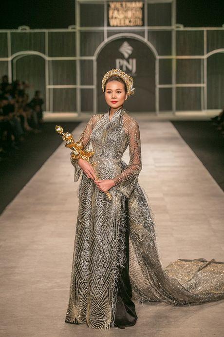 Thanh Hang long lay nhu nu hoang khi lam vedette cho show Cong Tri - Anh 8