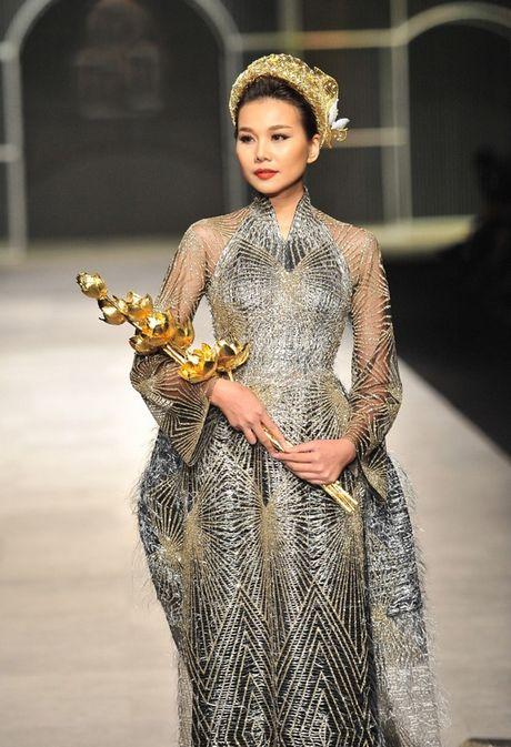 Thanh Hang long lay nhu nu hoang khi lam vedette cho show Cong Tri - Anh 9