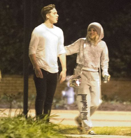 Ro tin con trai Beckham hen ho tinh cu cua Justin Bieber - Anh 2