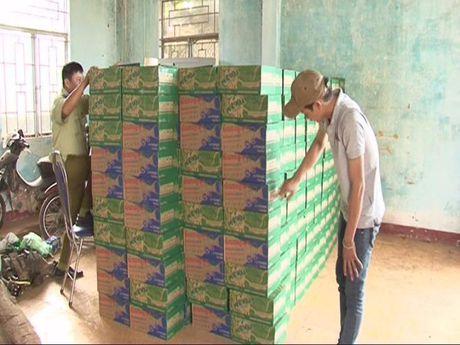 Bat 600 thung nuoc ngot troi noi nhap lau tu Campuchia - Anh 1