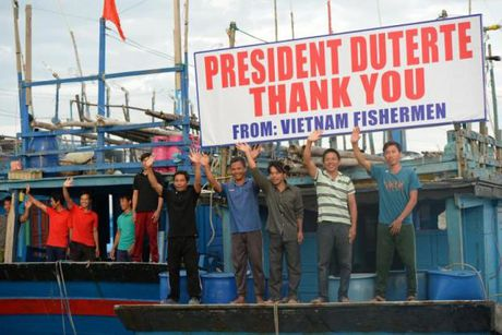 Tong thong Duterte tra tu do 17 ngu dan Viet - Anh 1