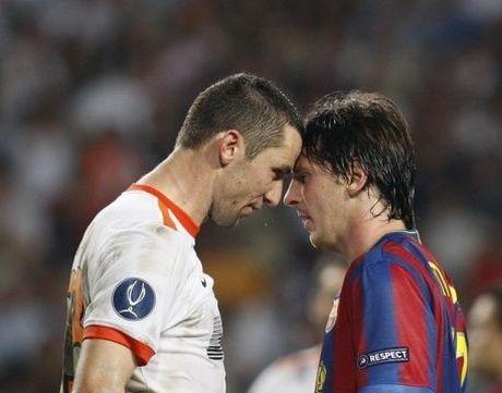 6 lan 'ca gian mat khon' cua Messi tren san co - Anh 1