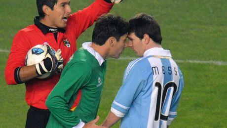 6 lan 'ca gian mat khon' cua Messi tren san co - Anh 2