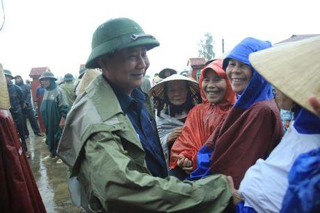 Tap doan Loc Troi: Trao 5000 suat qua cho dong bao mien Trung - Anh 2