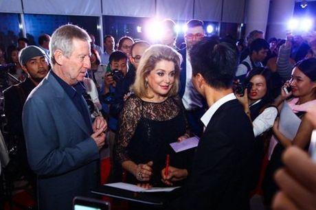 Khan gia dung suot 2 tieng xem phim 'Dong Duong' - Anh 1