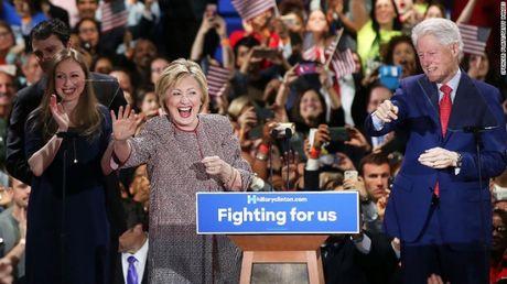 Ba Clinton linh them 'don dau' can ke ngay bau cu - Anh 1