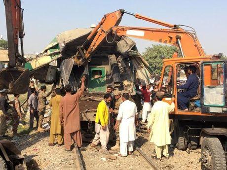Pakistan: Hai tau khach dam truc dien, it nhat 20 nguoi chet - Anh 1