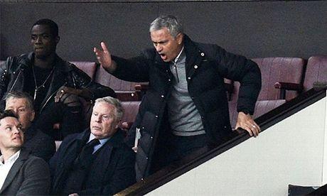 Mourinho bi cam chi dao mot tran va phat tien - Anh 1