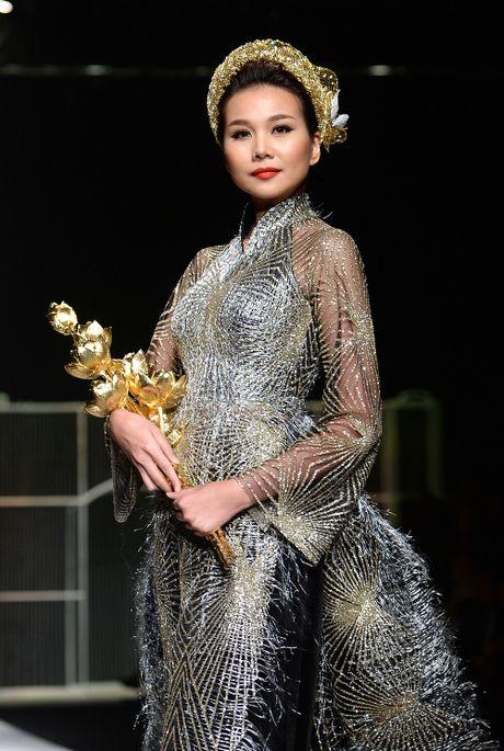 Toc Tien bat ngo 'bo hat' de lam nguoi mau - Anh 6