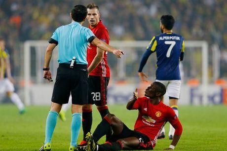 Tham hoa cho Man Utd, Pogba dinh chan thuong - Anh 1