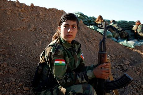 Nhung bong hong nguoi Kurd tren chien truong danh IS o Mosul - Anh 1