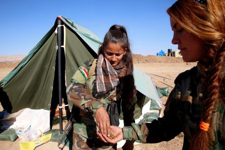 Nhung bong hong nguoi Kurd tren chien truong danh IS o Mosul - Anh 5
