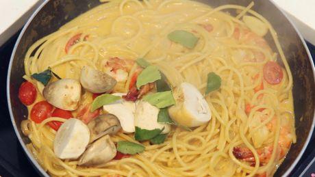 Cach lam mi spaghetti vi tom yum cay cay ngay ngay - Anh 7