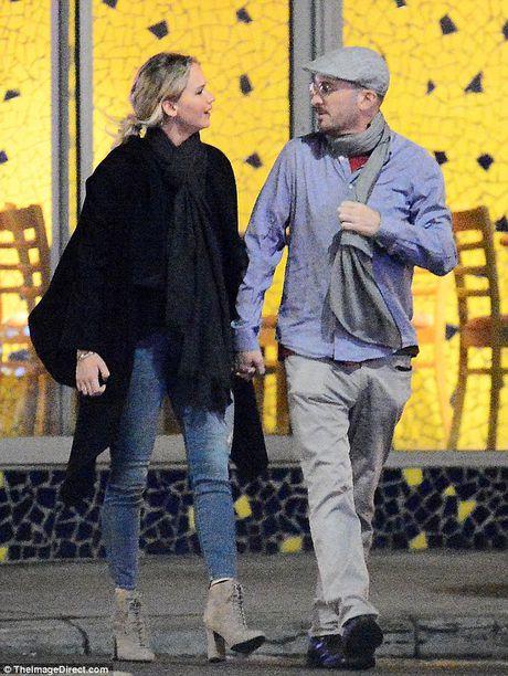 Jennifer Lawrence cong khai hon ban trai lon tuoi tren pho - Anh 10