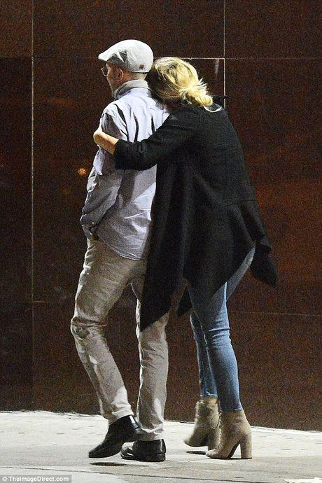 Jennifer Lawrence cong khai hon ban trai lon tuoi tren pho - Anh 13