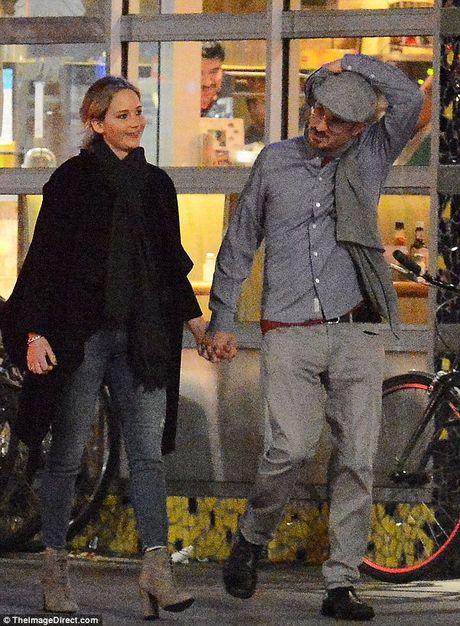 Jennifer Lawrence cong khai hon ban trai lon tuoi tren pho - Anh 14
