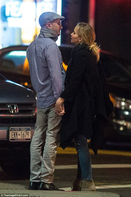 Jennifer Lawrence cong khai hon ban trai lon tuoi tren pho - Anh 3