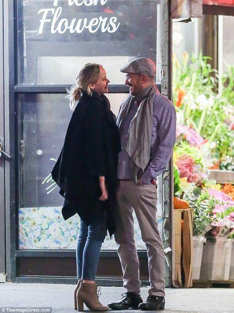 Jennifer Lawrence cong khai hon ban trai lon tuoi tren pho - Anh 4