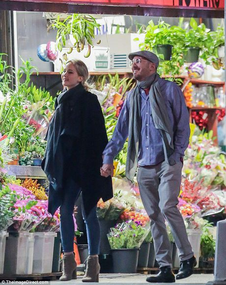 Jennifer Lawrence cong khai hon ban trai lon tuoi tren pho - Anh 6