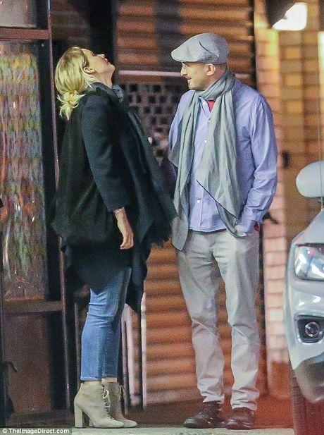 Jennifer Lawrence cong khai hon ban trai lon tuoi tren pho - Anh 7