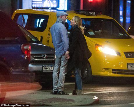 Jennifer Lawrence cong khai hon ban trai lon tuoi tren pho - Anh 9