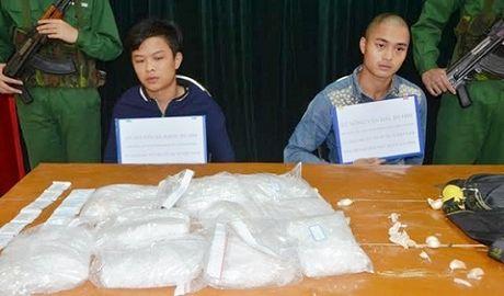 Quang Ninh: Bat 2 doi tuong mang theo 5 kg ma tuy - Anh 1