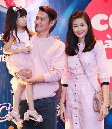 Huy Khanh bo show, lan dau mang vo con len song truyen hinh - Anh 1