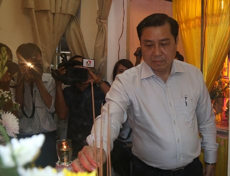 Chu tich Da Nang chia se mat mat gia dinh cau be ung thu mo lam CSGT - Anh 2