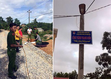 Hoc vien CSND trao qua cho nguoi dan vung lu Quang Binh - Anh 1