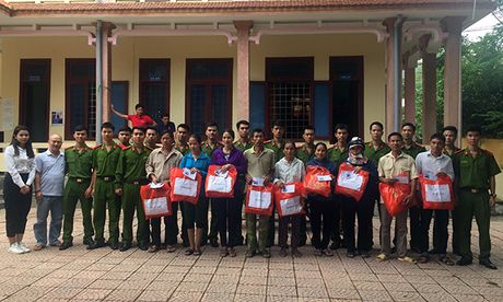 Hoc vien CSND trao qua cho nguoi dan vung lu Quang Binh - Anh 2