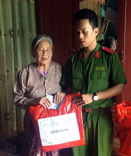 Hoc vien CSND trao qua cho nguoi dan vung lu Quang Binh - Anh 3
