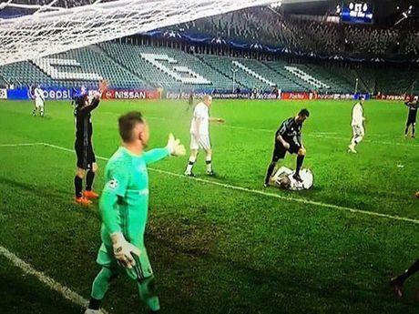 Video su that vu Ronaldo giam len nguoi doi thu - Anh 1