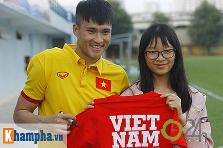 "DT Viet Nam: Fan nu ""bao vay"", ngay ngay lo chan thuong - Anh 9"
