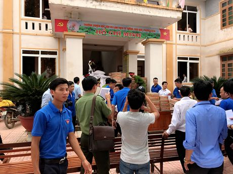 Cong an Ha Tinh phoi hop voi cac don vi ung ho nguoi dan sau lu - Anh 3