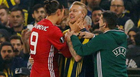 Khong the ghi ban, Ibrahimovic quay sang bop co doi thu - Anh 1