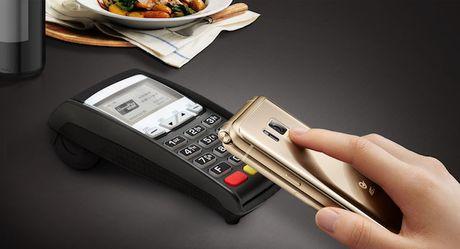 Samsung ra mat dien thoai nap gap 2 man gia dat gap 3 lan iPhone 7 - Anh 3