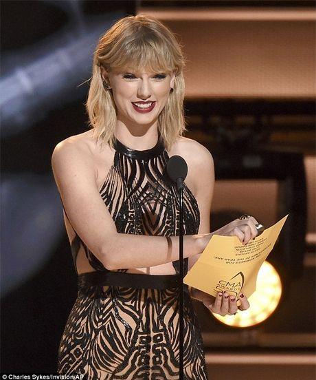Taylor Swift mac 'ho henh' khi len nhan giai thuong nghe si cua nam - Anh 1