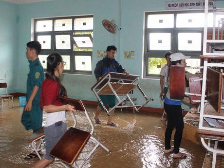 Thanh nien Binh Dinh giup nguoi dan khac phuc hau qua mua lu - Anh 2
