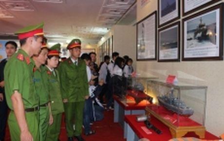 Trien lam 'Hoang Sa, Truong Sa cua Viet Nam - Nhung bang chung lich su va phap ly' tai Ha Nam - Anh 1