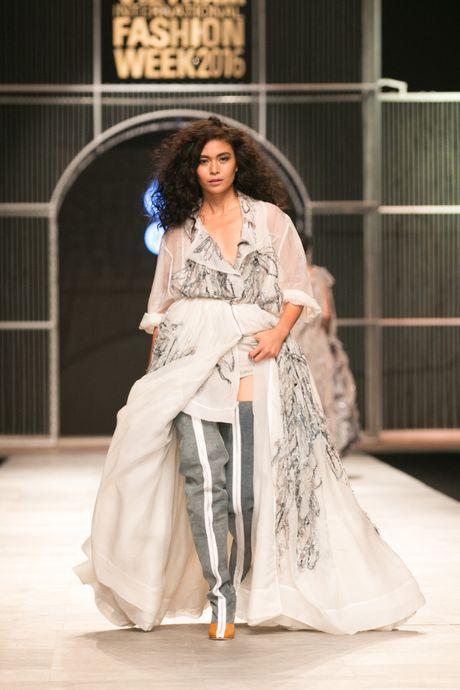 Dem 2 fashion week: Nguoi mau chay tan loan tren san dien - Anh 11