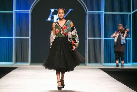 Dem 2 fashion week: Nguoi mau chay tan loan tren san dien - Anh 12