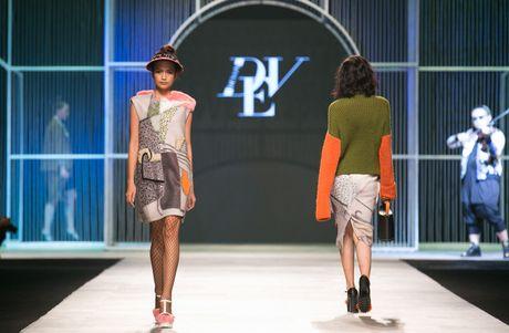 Dem 2 fashion week: Nguoi mau chay tan loan tren san dien - Anh 13