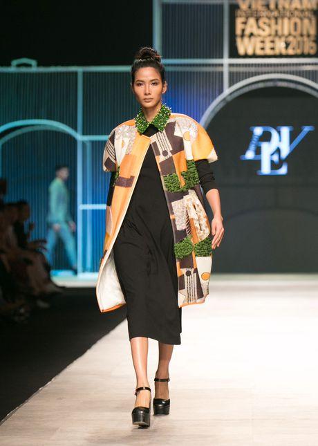 Dem 2 fashion week: Nguoi mau chay tan loan tren san dien - Anh 14