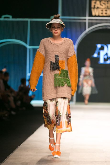 Dem 2 fashion week: Nguoi mau chay tan loan tren san dien - Anh 15
