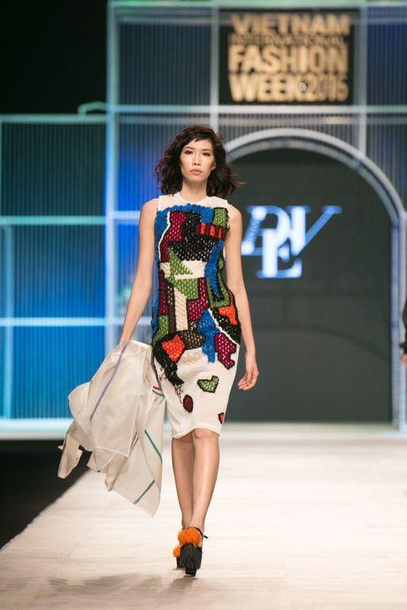 Dem 2 fashion week: Nguoi mau chay tan loan tren san dien - Anh 16