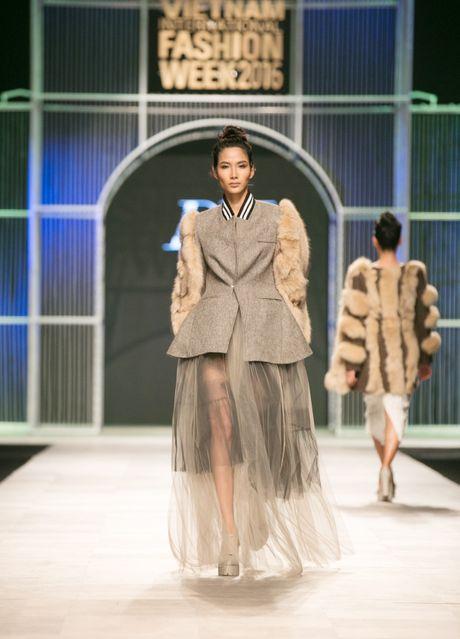 Dem 2 fashion week: Nguoi mau chay tan loan tren san dien - Anh 18