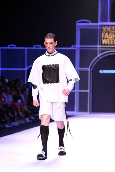 Dem 2 fashion week: Nguoi mau chay tan loan tren san dien - Anh 1