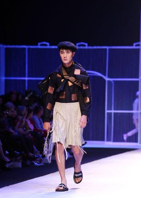 Dem 2 fashion week: Nguoi mau chay tan loan tren san dien - Anh 4