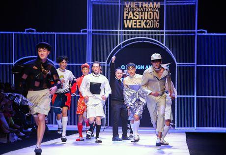 Dem 2 fashion week: Nguoi mau chay tan loan tren san dien - Anh 5