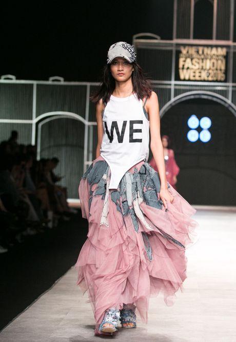 Dem 2 fashion week: Nguoi mau chay tan loan tren san dien - Anh 7